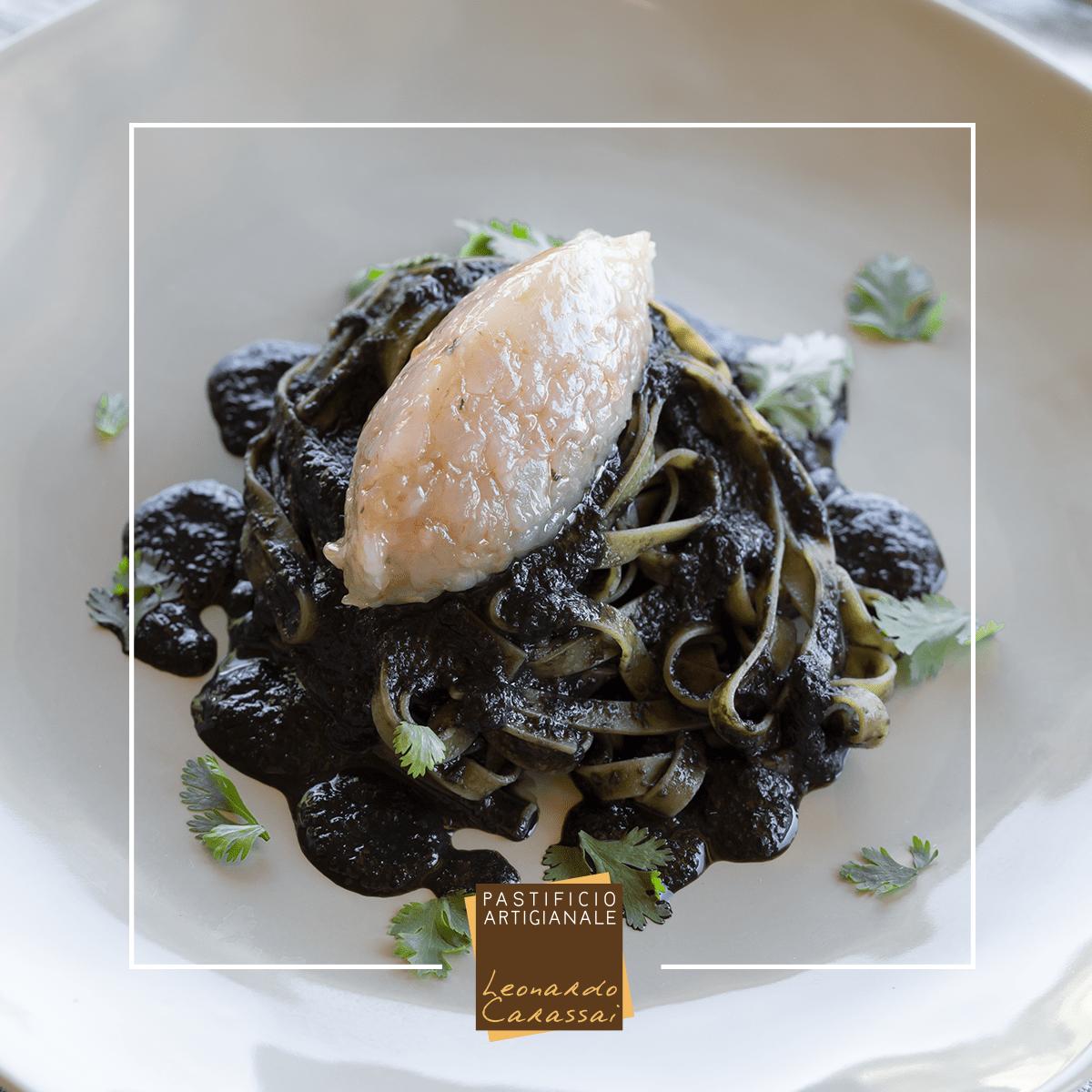 La ricetta con Fettuccine di Campofilone al nero di seppia e tartare di mazzancolle
